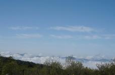 蓝天下的高山风光